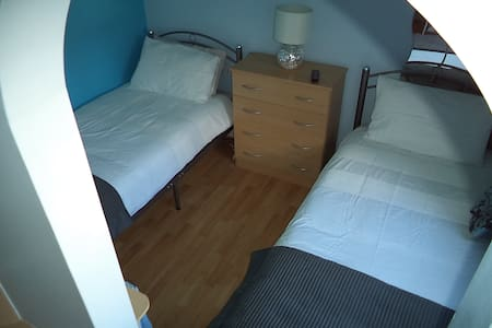 Double room (twin beds) in leafy suburb leeds 8
