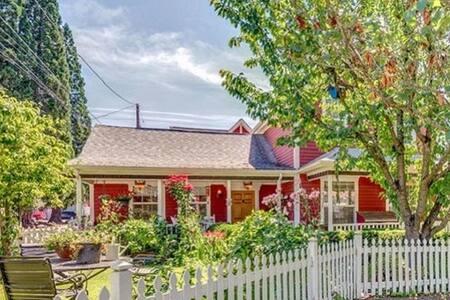 NEW! Comfort and Charm in Newberg - Newberg - Huis