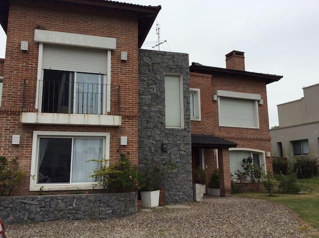 Hermosa casa nueva en barrio cerrado - Colonia Nicolich - House