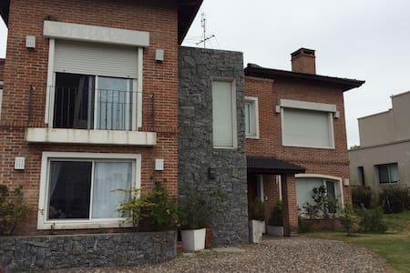 Hermosa casa nueva en barrio cerrado - Colonia Nicolich