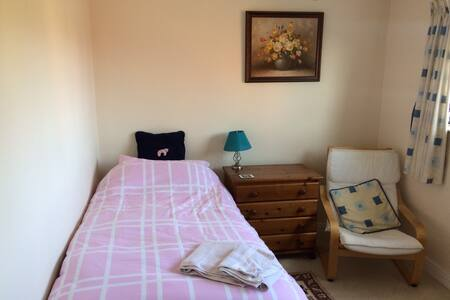 Quiet private room with bathroom, near Cheltenham