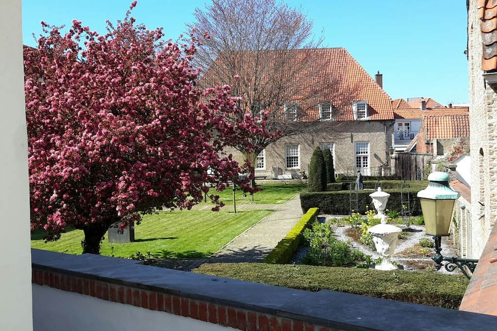 Uitzicht op de beeldentuin van het Markiezenhof