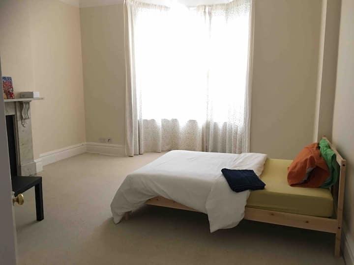 Big, bright, family-style private room in Weston, Bath