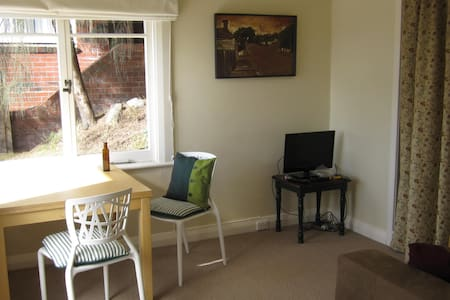 Sunny Studio Apartment with great views of Hobart - South Hobart