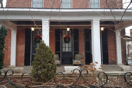 The Munro House: James King Suite - Thorold - Bed & Breakfast