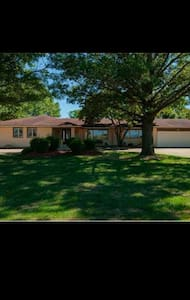 Huge ranch home close to family fun - Altoona - House