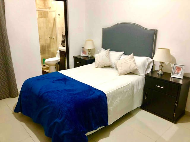 Cómoda y céntrica habitación con baño privado.