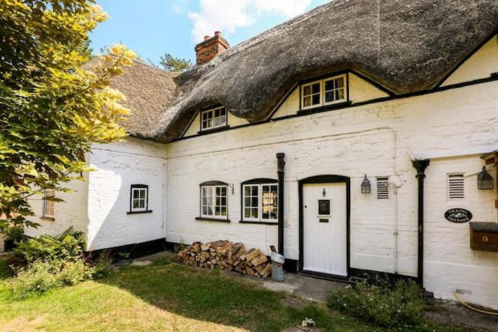 Charming 2 Bedroom Thatched Cottage
