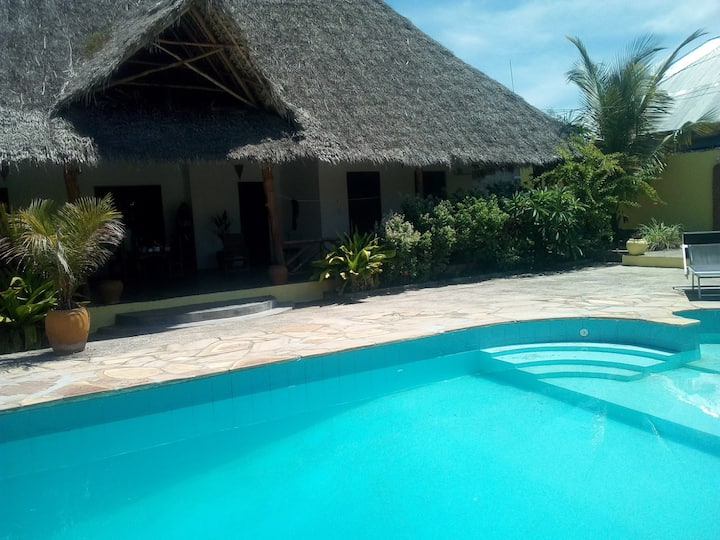 Big private room with pool in Maua Maji's House