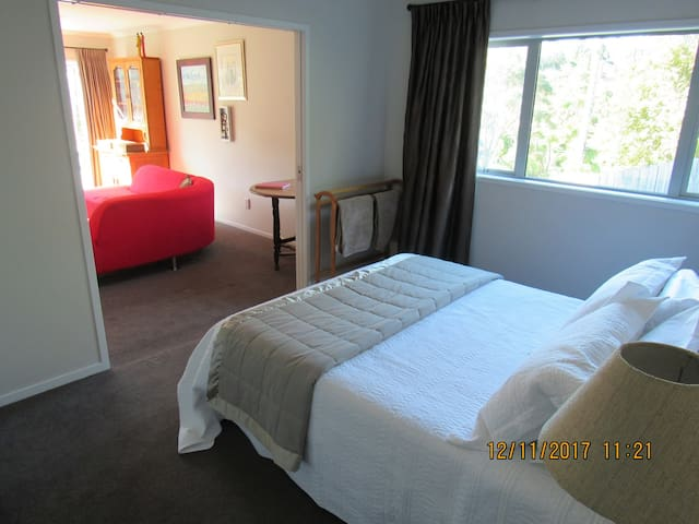 Castor Bay quiet private room & adjoining lounge