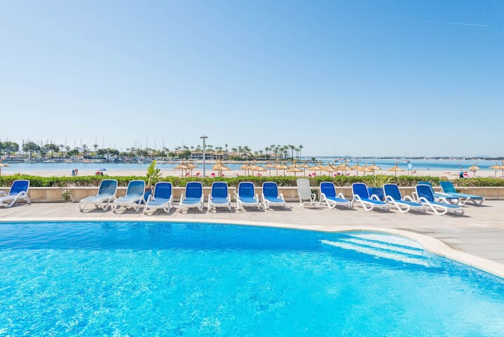 Air-conditioned Apartment Directly on the Beach with Pool, Terrace and Wi-Fi