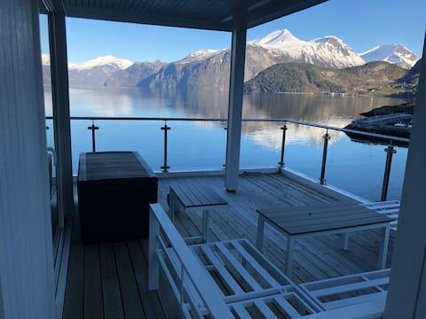La maison qui touche le fjord