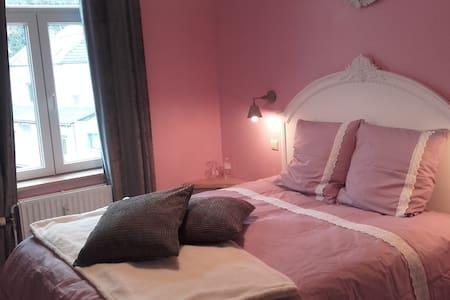 belle chambre de charme  vue meuse - Bed & Breakfast