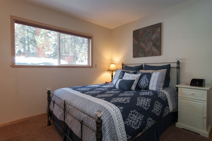 Cozy Private Room, Bath & HOT TUB! - Truckee - Dům