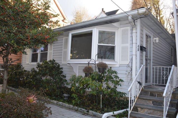 La Casita Bonita Near NYC (One Family Home)