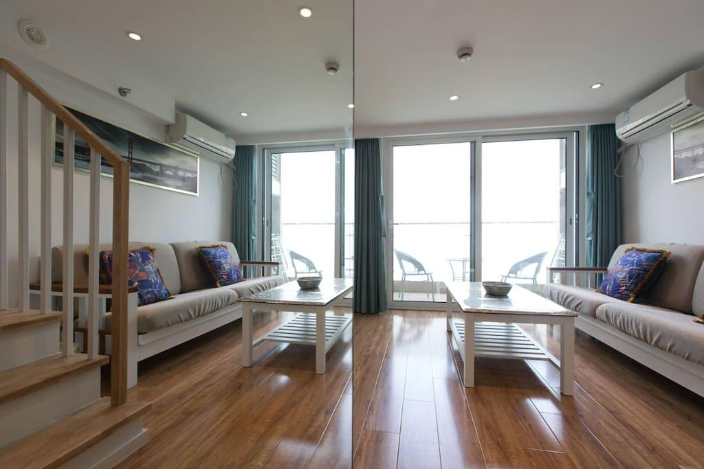 Chic living room with modern decor. 现代装饰风格的时尚客厅。