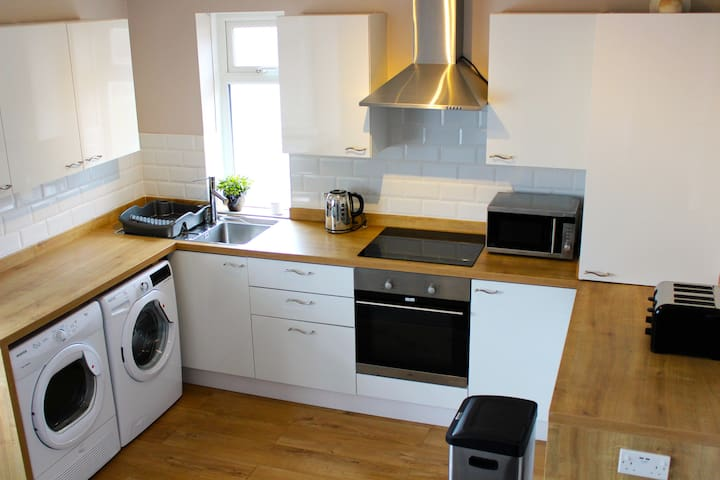 Modern 2 bd. Views of South Downs! PRIVATE PARKING