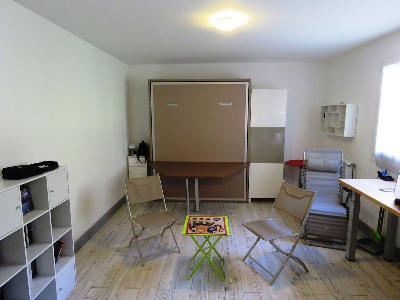 Pièce à vivre intégrant un lit placard en position jour (grande table)