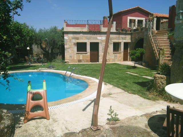 Apartamento con piscina y jardin