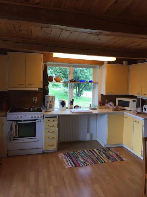 Det rymliga köket har en fin utsikt över hästhagarna och innehåller både ugn, spis, microvågsugn, kaffebryggare samt diskmaskin.