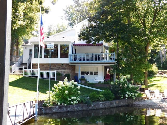 Finn Inn, Lakefront Home with Beach, Quiet Cove