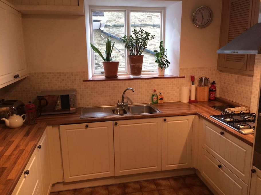 Fully equipped kitchen; dishwasher, fridge freezer, gas hob, oven.