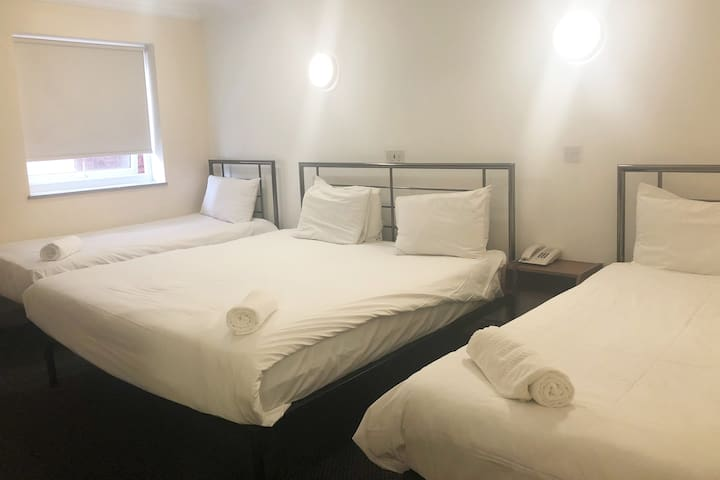 247Hotel en-suite Family Room Super King+2 Singles