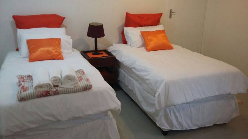 Serendipity - tranquil orange themed  3 Sngl beds