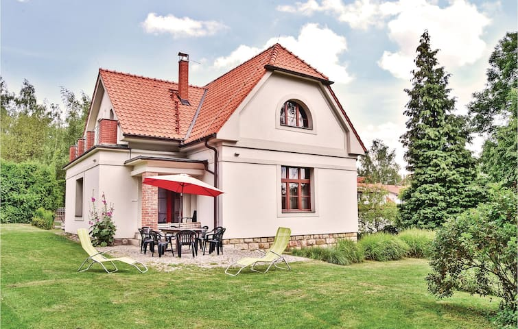 Holiday cottage with 4 bedrooms on 154 m² in Jevany