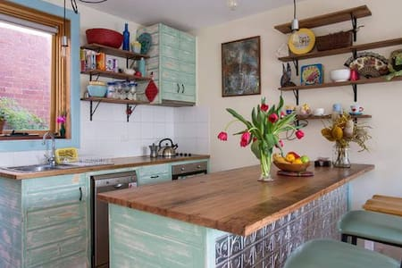 Cosy 60's apartment in superb location - Fitzroy North