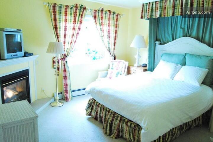Teddington Room - Country Spring Getaway