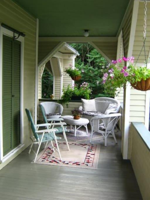 Wraparound porch, sitting area