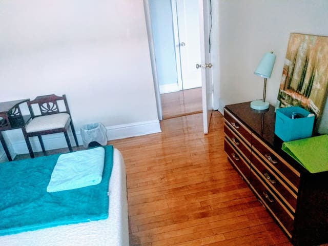Bright space! 10 mins from Downtown,near Blue line