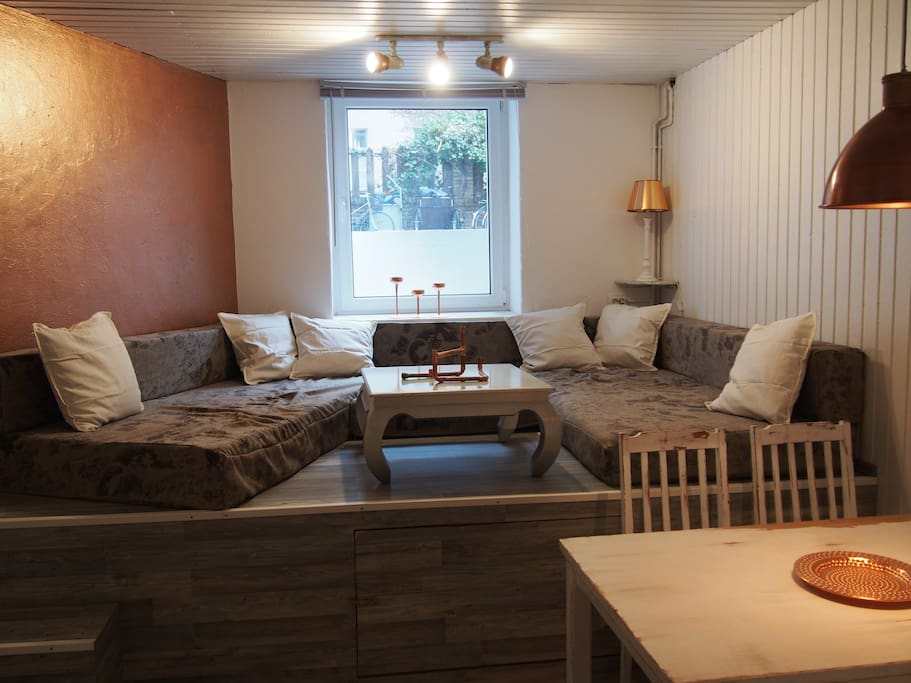 Living room with a chill area (platform) and a dining area for max. 5 persons