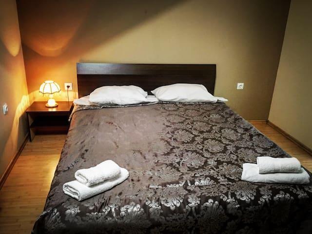 (Room #1) Hotel Style Room for 2 people- Queen bed, 2ppl max *Camera pat dublu la mansarda cu baie propirie