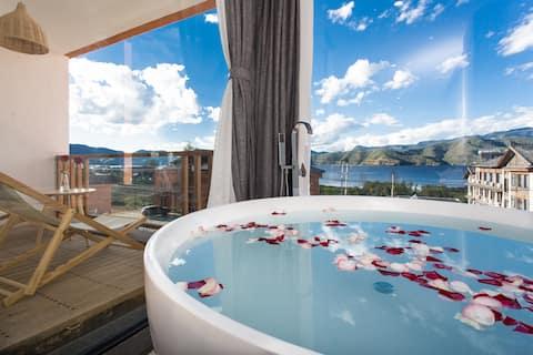 二楼私享露台湖景大床房#有浴缸躺在浴缸里看湖#房间面积大#有自己的院子#三只巨呆萌小猫#203
