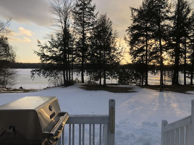 STONE COTTAGE:Lakefront Cottage-All-seasons Cabin! Sleeps 8!