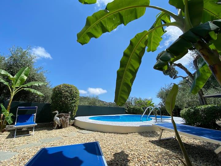 bungalow con giardino e piscina