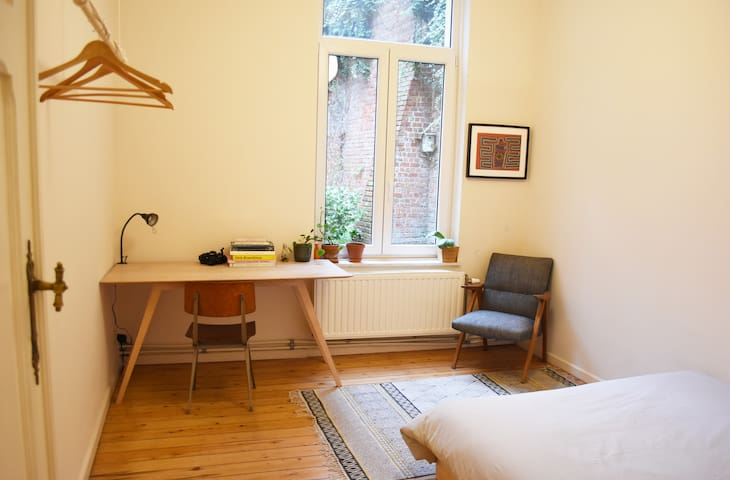 Cosy double room in a spacious, green apartment