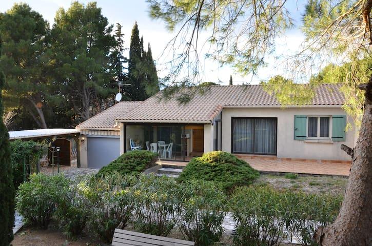 Villa entière, grand terrain avec piscine - Le Pouget - House