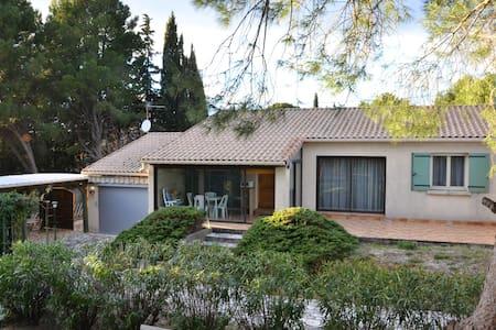 Villa entière, grand terrain avec piscine - Le Pouget - บ้าน