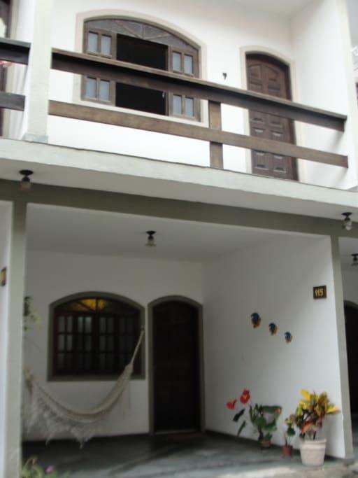 Visão da casa (entrada-garagem com visão do Quarto  com varanda do segundo piso)