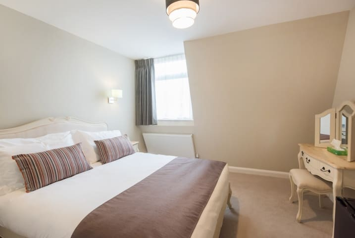 SELF-CONTAINED Cosy King room, Docklands Area- 305