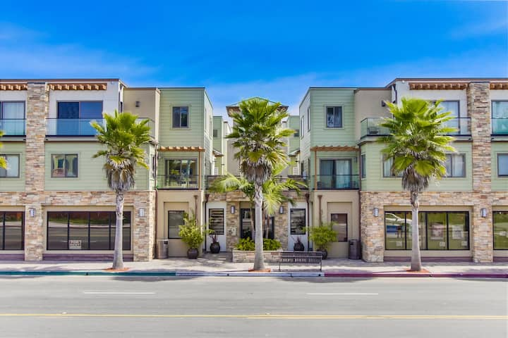 Spacious 3 Bed/3 Bath Townhome in PB with AC!
