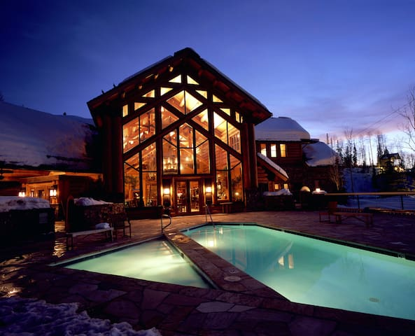 Gorgeous Wooden Cabin at Full-Service Lodge