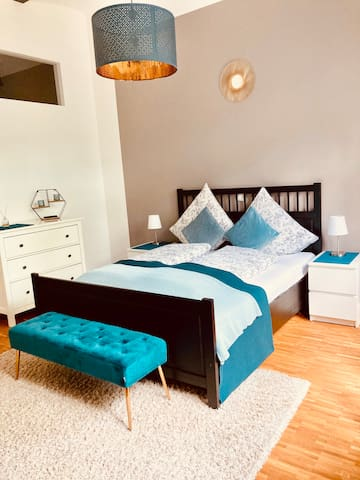 Das 1,60 m Doppelbett für zwei Personen sorgt für erholsame Nächte.