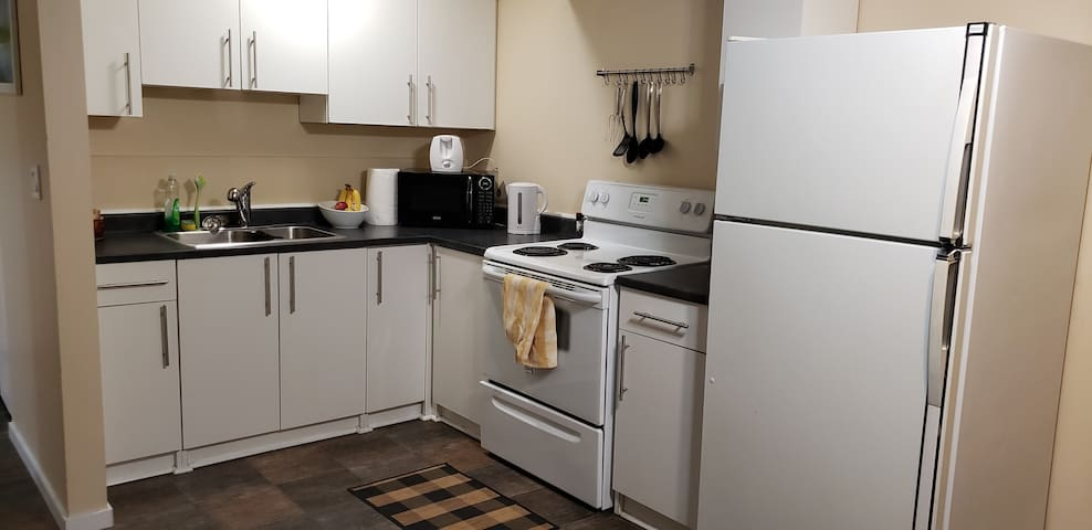 Full kitchen with all the comforts of home. You will find a kettle, French press, toaster and any utensil you might need. Please enjoy the oatmeal, fresh fruits & freshly ground coffee during your stay!