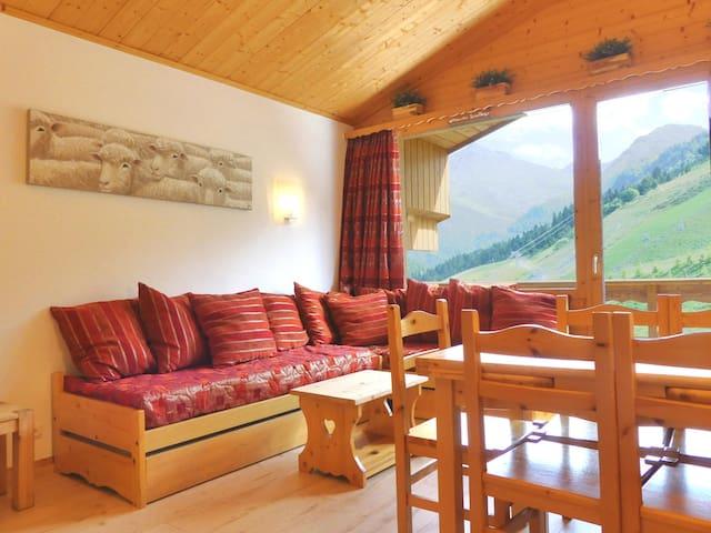 Séjour avec 1 ensemble de lits gigogne et 1 lit simple / Living room with 1 pull out bed and 1 single bed