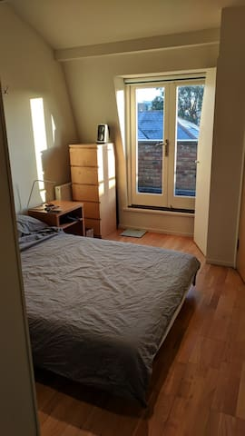 Handsome, spacious 1 bed studio unit, SW London