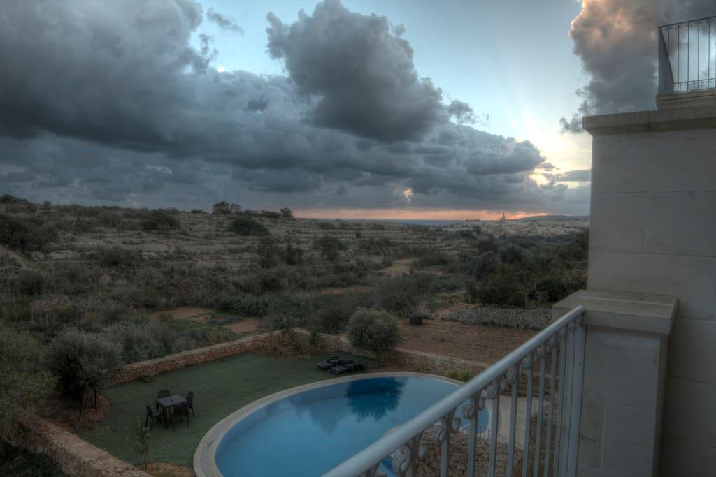 Vue de la piscine depuis la terrasse
